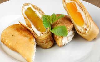 Запеченные блины с персиком и творогом