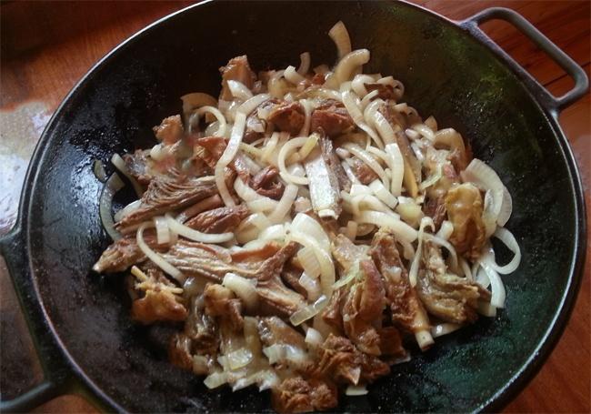 Жареное мясо и лук