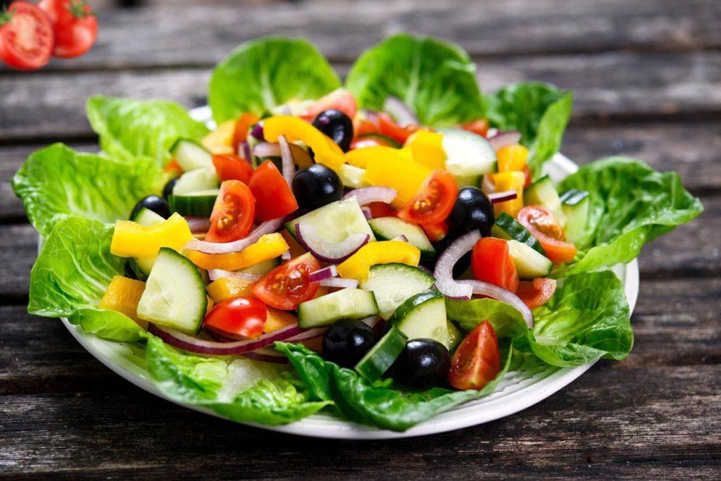 Приготовленный салат Цезарь