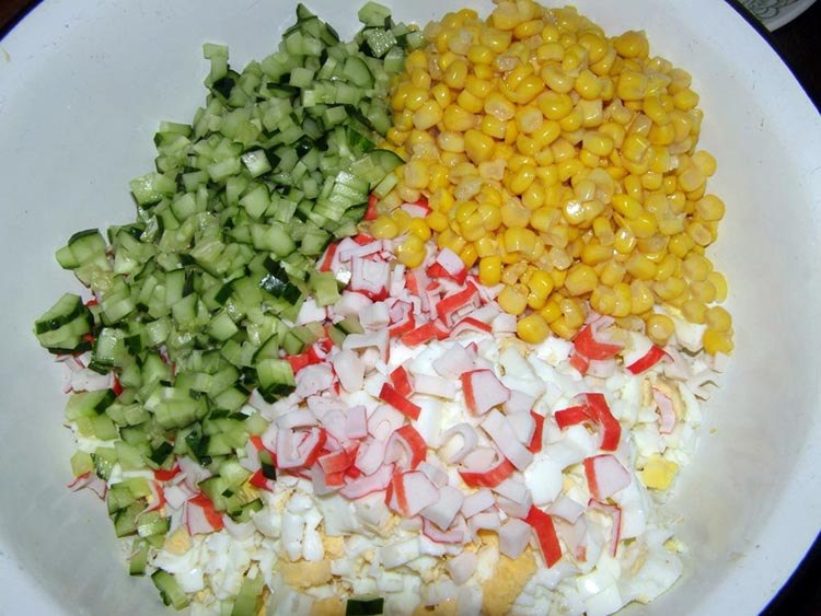 Нарезка крабового салата