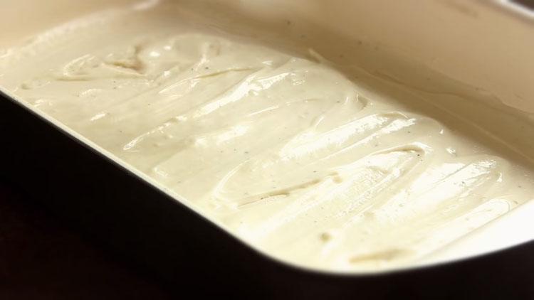 Смазывание формы соусом