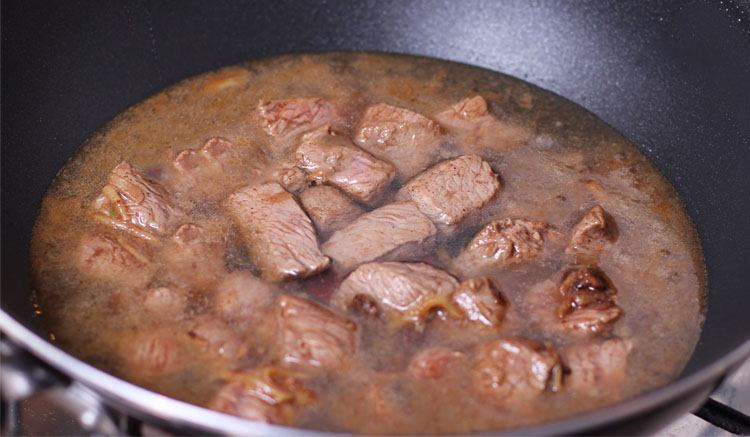 Мясо для плова в казане