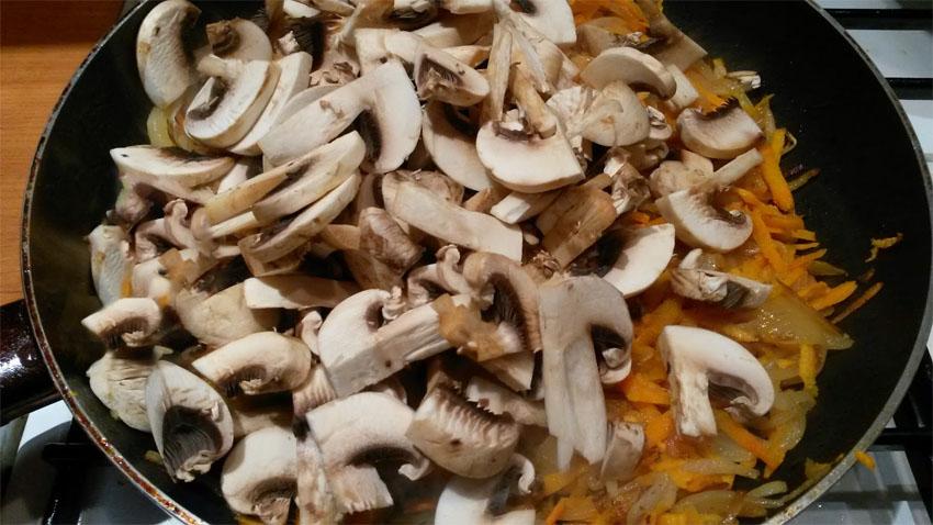 Жарка лука, моркови и грибов