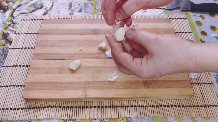 Чистка зубчиков чеснока