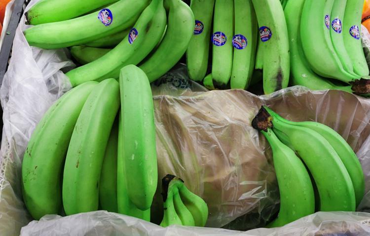 Мокрые и зеленые бананы