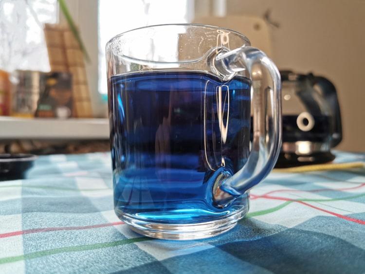 Синий чай в кружке